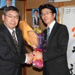 JAM山陰の細木委員長とがっちり握手